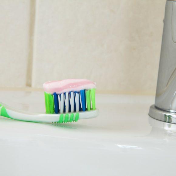 วิธีการดูแลสุขภาพเหงือกและฟันให้แข็งแรงและสวยงาม